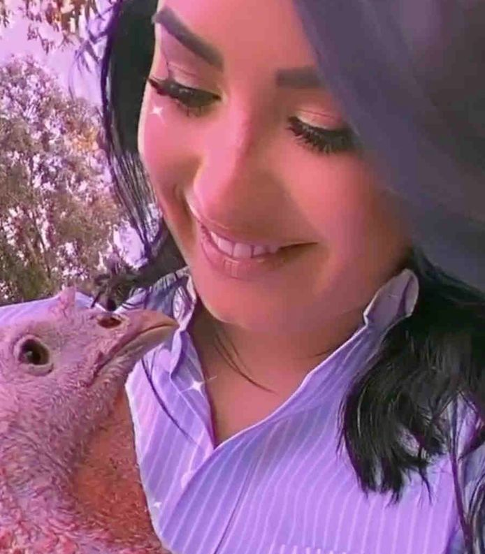 Demi Lovato met haar vogelvriendin Sandy.