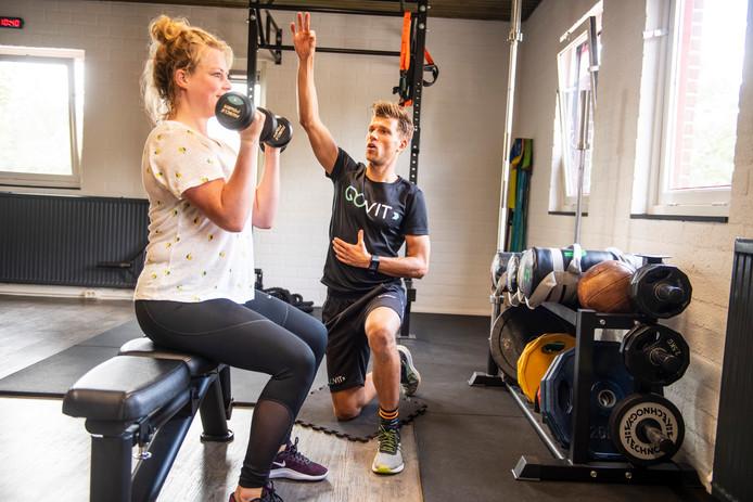 Glenn ten Berge is zijn eigen sportschool begonnen in Holten. Ilse volgt hier lessen volgt bij hem.