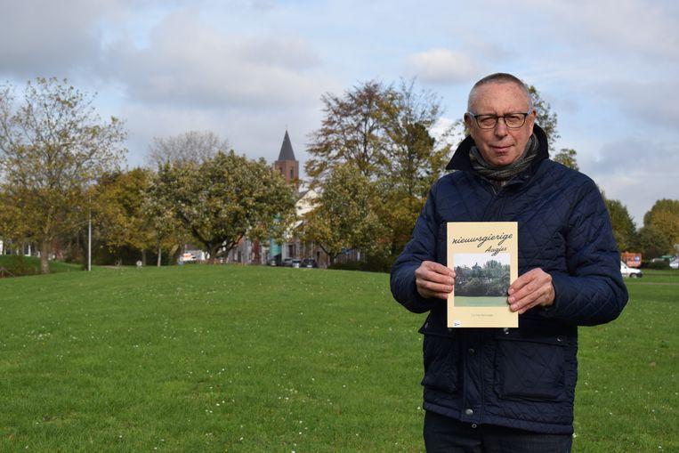 Luc Van Heirweghe met zijn nieuwste boek in het gemeentepark waar hij meer dan dertig jaar golf speelde.