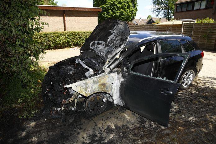 Opnieuw ging in Epe een auto in vlammen op. Ditmaal was het raak aan de Slotgraskamp