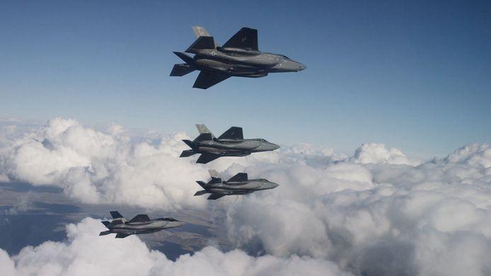 JSF's oftewel Joint Strike Fighter's oftewel F35's in volle vlucht. Nederland heeft 37 exemplaren van het geavanceerde en peperdure gevechtstoestel aangeschaft.