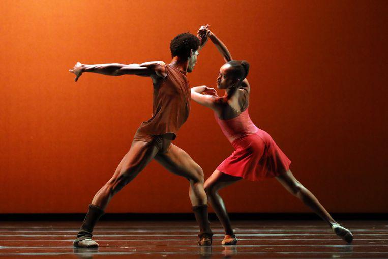 De jonge Braziliaanse danser Daniel Robert Silva en Sebia Plantefève-Castryck in 'L'autre côté' van choreograaf Sedrig Verwoert. Beeld RV