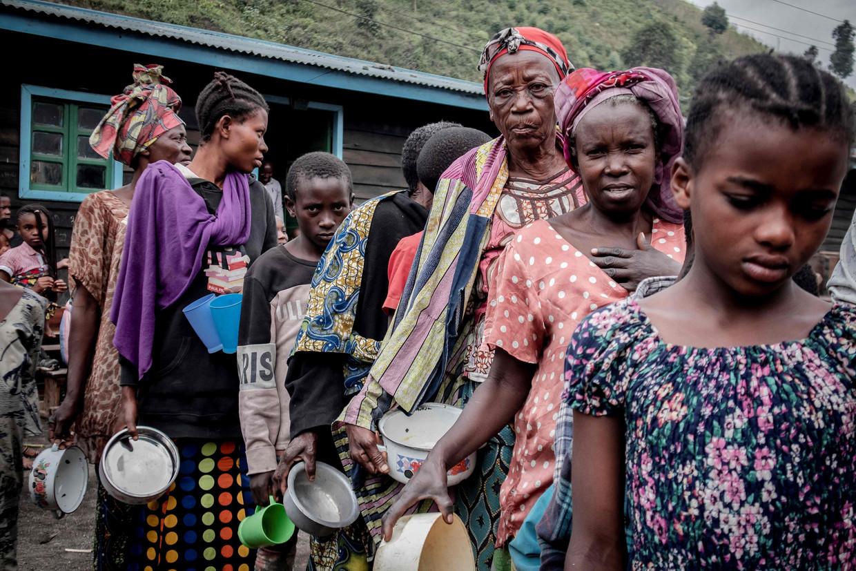 Inwoners van Goma zijn gevlucht naar Sake. Daar is het aanschuiven voor eten. Beeld AFP