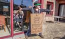 Een man steekt de bewoners van woonzorgcentrum Sint-Jozef in Zonnebeke een hart onder de riem met een blijk van dank.