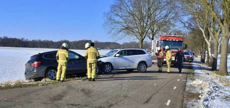 Drie auto's botsen tegen elkaar bij Havelte: ravage is groot