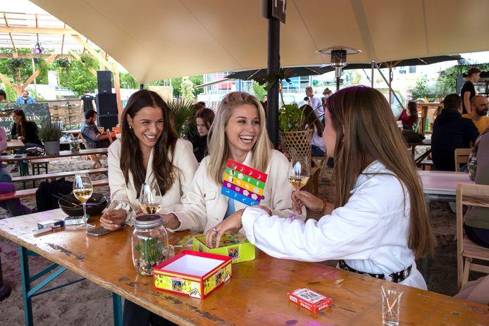 Claire Geuijen, Eva Naus en Terry van Grunsven vieren de zomer.