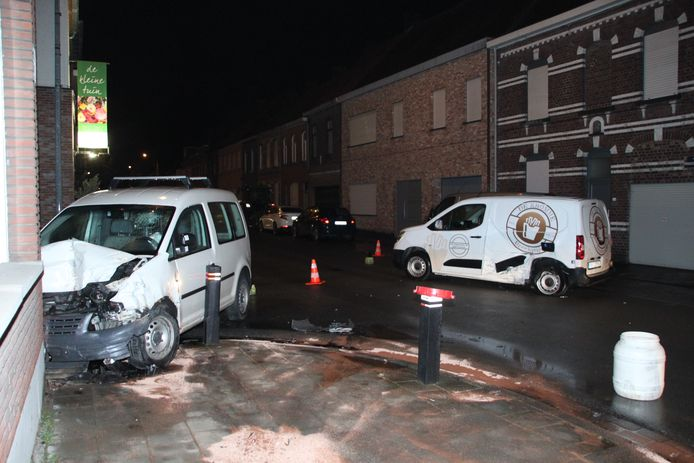 Na de botsing met de bestelwagen van de frituur belandde de andere bestelwagen tegen gevel van een woning.