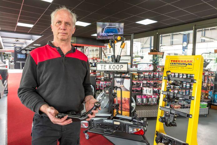 Jean Pierre Oomen van Vakgarage ASK in Oud-Gastel met op de achtergrond wat trekhaken en fietsendragens die momenteel nog in de winkel staan.