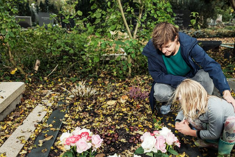 Rianne Bouwman en haar dochter Sacha bij het graf van oma Gerda. Beeld Jakob Van Vliet