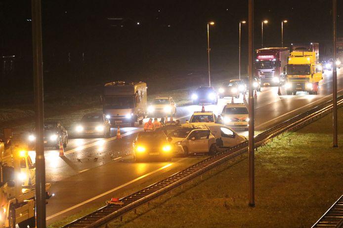 Hulpdiensten aan het werk bij het ongeluk op de A50 bij Apeldoorn.