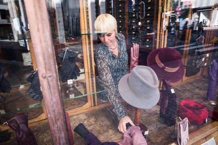 Handschoenen Boone in de Lombardenvest in Antwerpen. Beeld Bas Bogaerts
