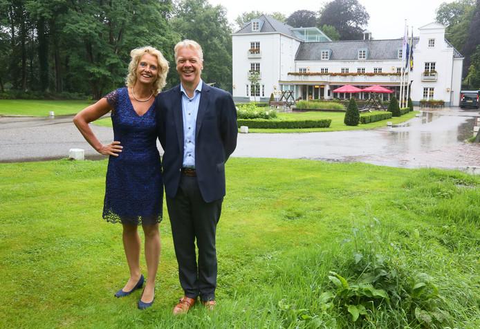 Sjoukje Dijkstra en Lammert de Vries met op de achtergrond hun hotel-restaurant Groot Warnsborn.