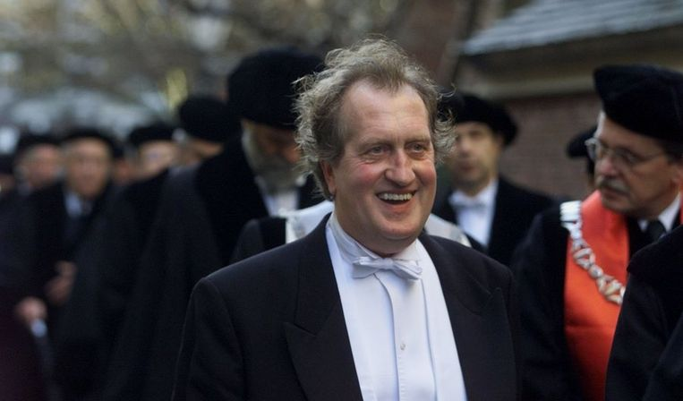 Onderweg naar de Leidse Pieterskerk in 2000, bij het in ontvangst nemen van het eredoctoraat dat hem door de Universiteit Leiden is toegekend. Beeld ANP