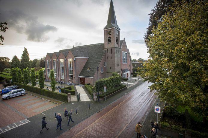 Kerkgangers komen aan bij de Hersteld Hervormde Kerk in het diepgelovige dorp Staphorst, waar honderden gelovigen bijeenkomen voor kerkdiensten.