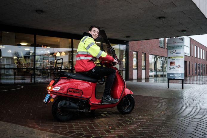 Jesse van de Gevel op de scooter waarmee hij richting reanimaties rijdt.