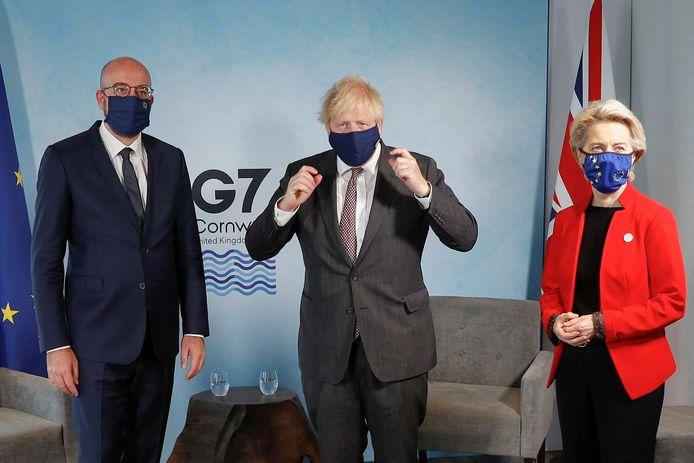 Le Premier ministre britannique Boris Johnson (centre) salue le président du Conseil européen Charles Michel (gauche) et la présidente de la Commission européenne Ursula von der Leyen avant une réunion bilatérale lors du sommet du G7 à Carbis bay, en Cornouailles, le 12 juin 2021.
