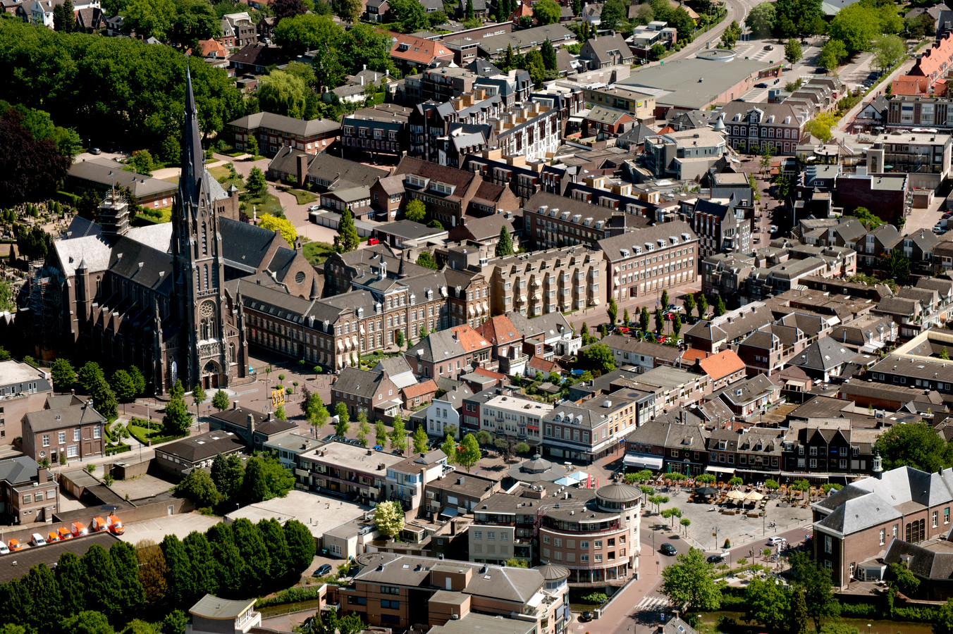 Het klooster van de zusters Franciscanessen aan de Deken van Miertstraat in Veghel, luchtfoto uit 2011