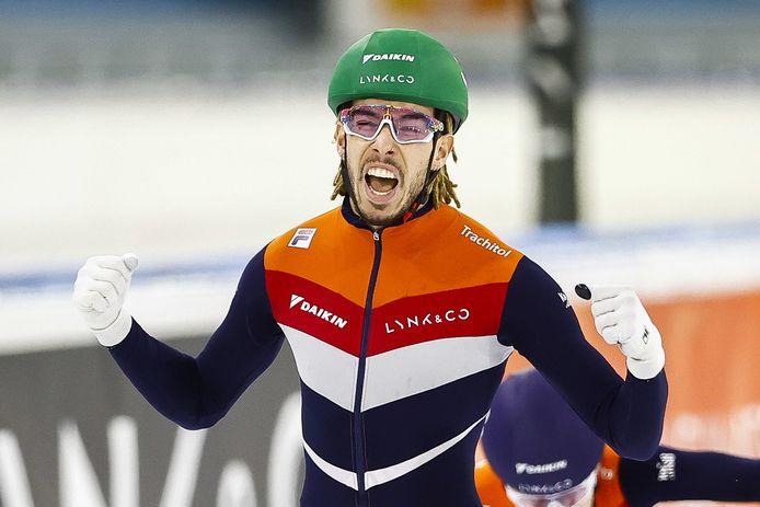 Dylan Hoogerwerf juicht na het winnen in de finale op de 500 meter tijdens het Nederlandse kampioenschap allround shorttrack in Thialf.