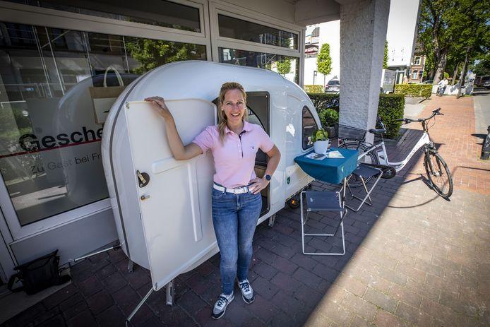 Jana Ay van de toeristeninformatie in Gescher naast de Berkel.Bed.Box.
