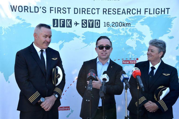 CEO van Qantas Alan Joyce, piloot Sean Golding en Qantas Fleet Manager Lisa Norman spreken met de media na het volbrengen van de succesvolle testvlucht. Beeld AFP