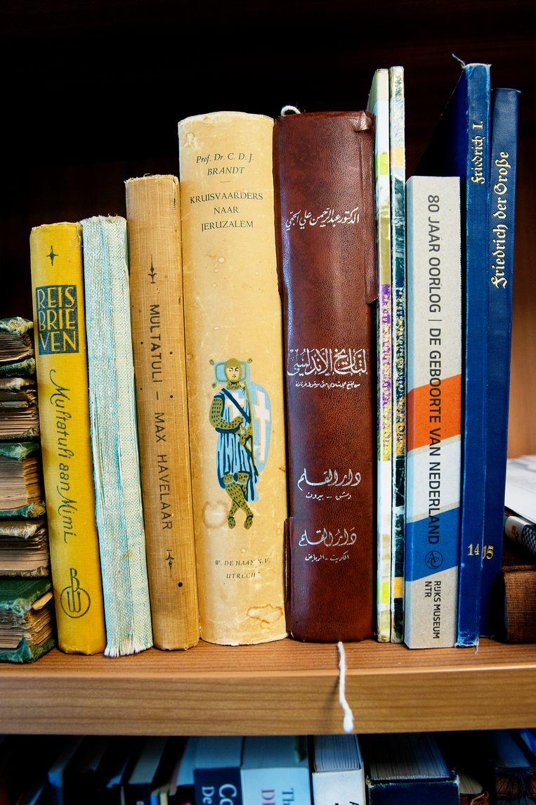 Boeken in het geschiedenislokaal van het Cornelius Haga Lyceum. Beeld Jean-Pierre Jans