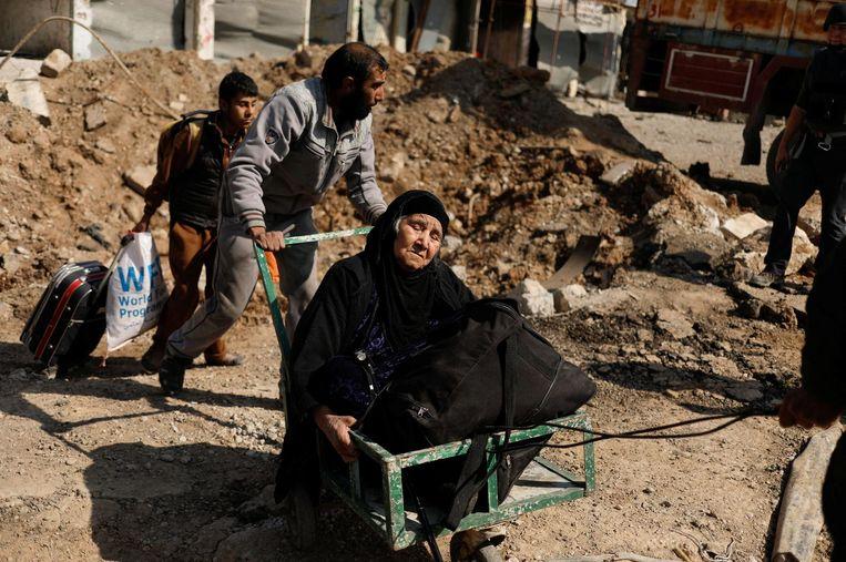 Irakezen ontvluchten Mosul. Beeld reuters
