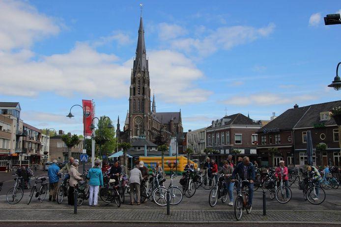 Op de Markt in Veghel in 2015 een komen en gaan voor Vat-Oe-Fiets.