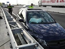 Auto klapt tegen betonnen rand A59 bij Waalwijk; één rijbaan tijdelijk dicht