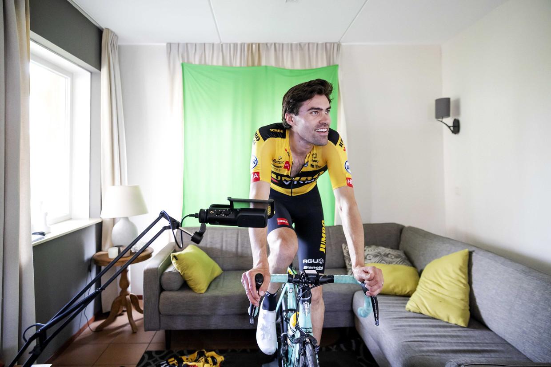 Tom Dumoulin fietst de virtuele toertocht van de Amstel Gold Race in een vakantiehuisje bovenaan de Cauberg.  Beeld ANP