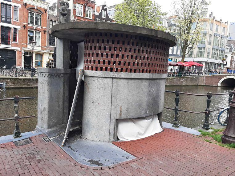 Het bewoonde urinoir op de Oudezijds Achterburgwal. Beeld Marc Kruyswijk