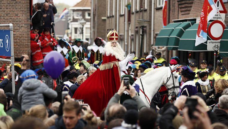 Sinterklaas arriveert met zijn pieten in het centrum van Maassluis. Beeld anp