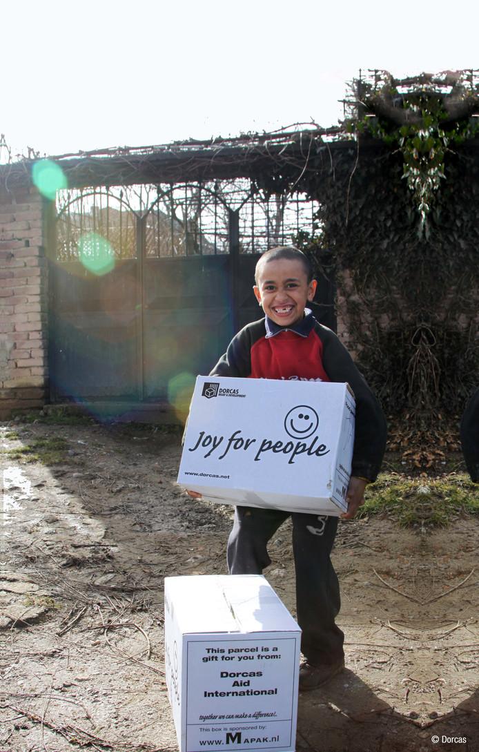 Zamir uit Albanië ontvangt een voedselpakket