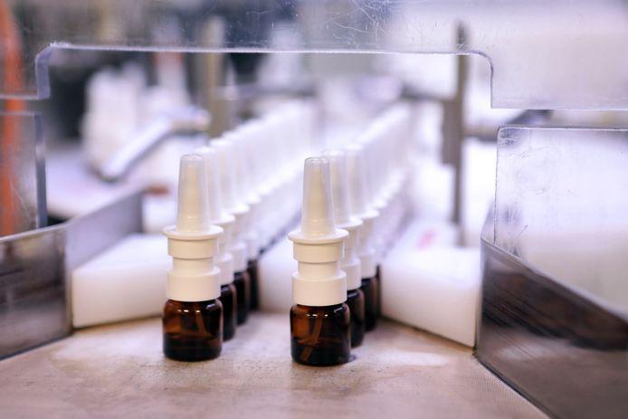 Flesjes met een interferonspray bij een farmaceutische fabriek.