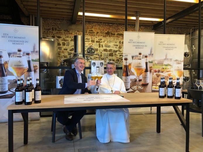 Averbode-abt Marc Fierens en CEO Alain De Laet van brouwerij Huyghe tekenen een nieuw contract.