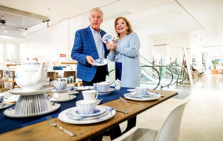 Culinair journalist Janny van der Heijden kreeg haar eerste servies uitgereikt door Andre van Duin. Beeld anp