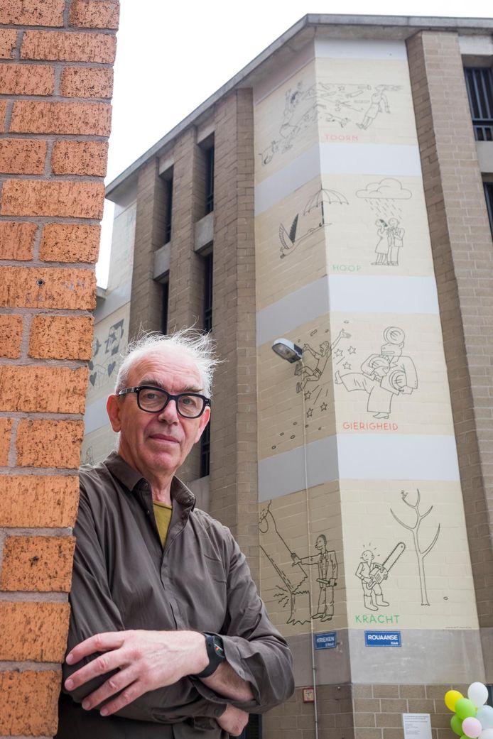 Striptekenaar Joost Swarte bij zijn stripmuur.