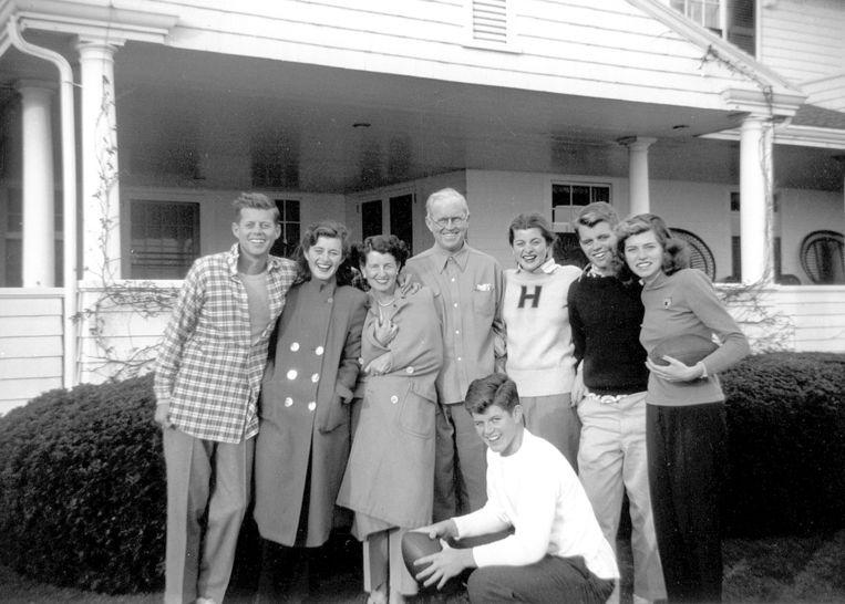 De Kennedy's poseren voor een foto in Hyannis Port. Van links naar rechts: John F. Kennedy, Jean Kennedy, Rose Kennedy, Joseph P. Kennedy Sr., Patricia Kennedy, Robert F. Kennedy, Eunice Kennedy en op de voorgrond Edward M. Kennedy. Beeld AP