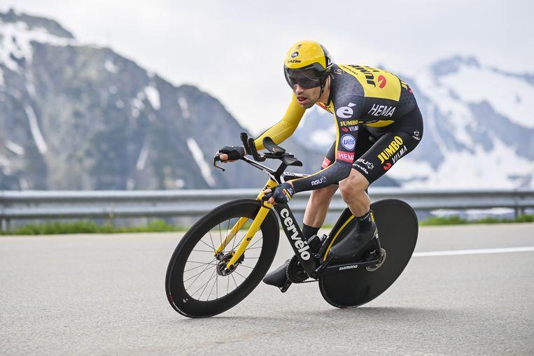 Tom Dumoulin tijdens de tijdrit van zaterdag in de Ronde van Zwitserland. De Nederlanders werd vijfde. Na een sabbatica van enkele maanden is Dumoulin bezig aan de voorbereiding op de Spelen van Tokio waar hij de tijdrit wil rijden.   Beeld EPA