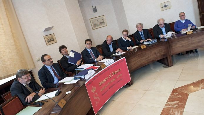 Senator Dirk Claes (derde links), voorzitter van het Comité en burgemeester van Rotselaar presenteert de petitie.