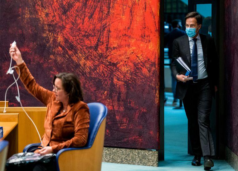 Premier Mark Rutte en minister Tamara van Ark voor Medische Zorg (VVD) voor aanvang van het coronadebat in de Tweede Kamer. Beeld Freek van den Bergh / de Volkskrant