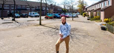 In Amersfoort liggen 2 miljoen zinloze tegels; Joeri Meliefste wipt ze het liefst zelf uit de stoep