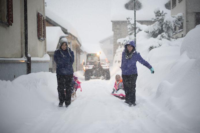 Op weg naar school tijdens hevige sneeuwval. Beeld uit Valens.