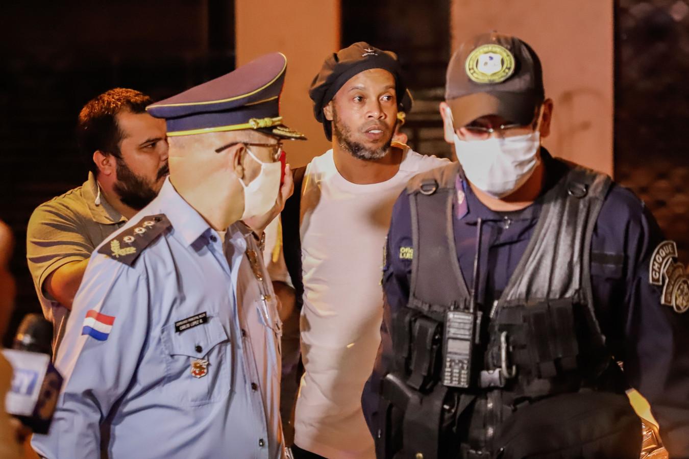 Ronaldinho lors de son arrivée à l'hôtel d'Asuncion où l'ex-joueur est assigné à résidence