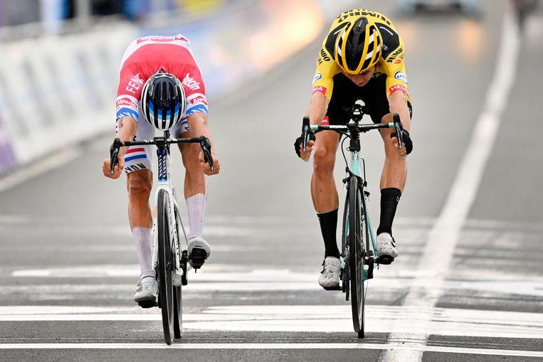 Mathieu van der Poel (links) finisht in Oudenaarde met miniem verschil voor zijn grote rivaal Wout van Aert.  Beeld BELGA