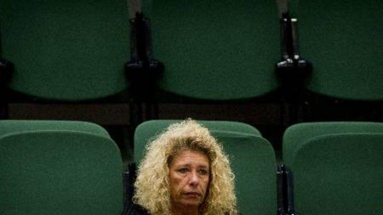 De moeder van Brandon zit woensdag op de publieke tribune in de Tweede Kamer tijdens het spoeddebat over de vastgebonden gehandicapte jongen. ( ANP) Beeld