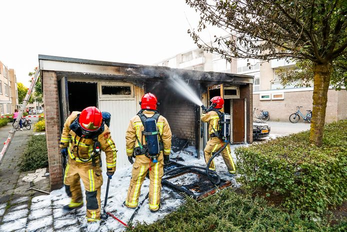 De brand zorgde voor schade aan ten minste zes geschakelde schuurtjes in de Witte de Withstraat in Best.