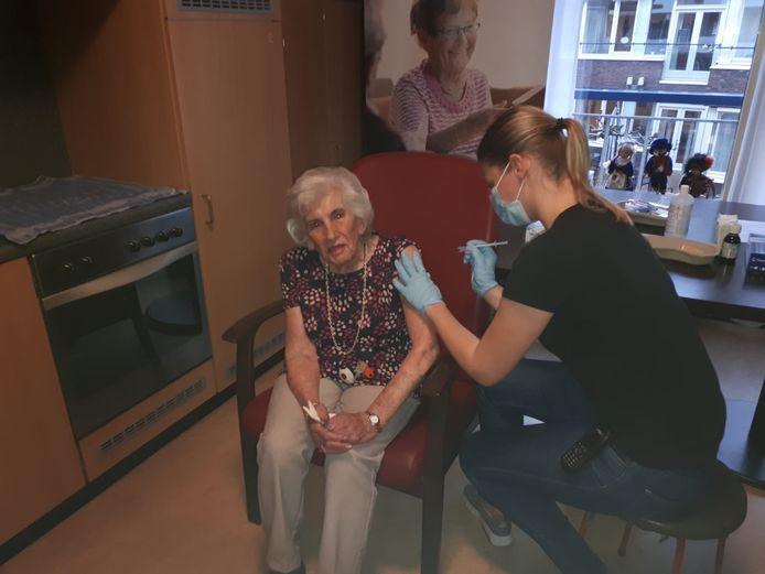 Verpleegkundige Anne geeft Wil de prik.