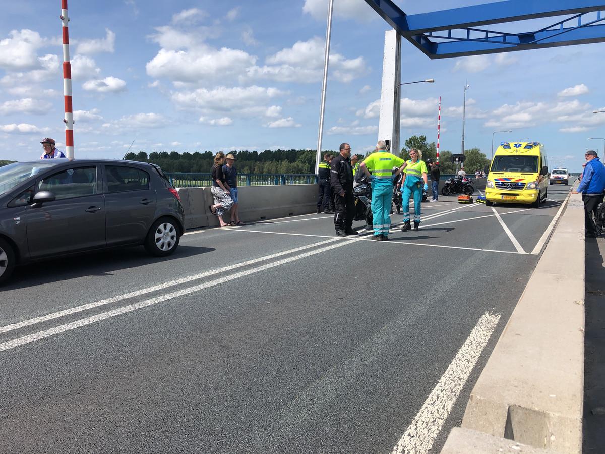 Op de Nijkerkerbrug tussen Nijkerk en Zeewolde raakte een motorrijder ernstig gewond geraakt bij een aanrijding met een auto. De weg werd afgesloten.