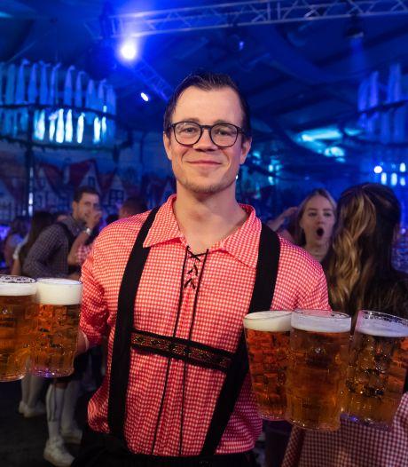 Veilinghal Zundert was voor één avond een 'stube' met bierpullen en braadworsten