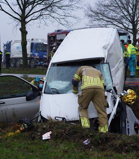 Vrachtwagen komt in botsing met busje op Gilzerweg bij Alphen